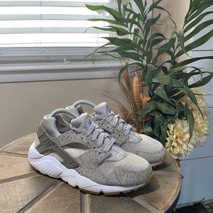 Nike Huarache sneakers size 7 youth